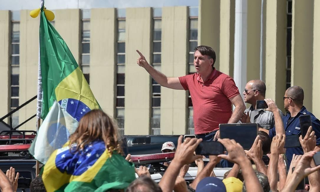 x87894091 Brazilian President Jair Bolsonaro speaks after joining his supporters who were taking part.jpg.pagespeed.ic .4SUssgyFGK - Federação Nacional de Prefeitos lança nota contra presença de Bolsonaro em ato pelo fechamento do Congresso Nacional