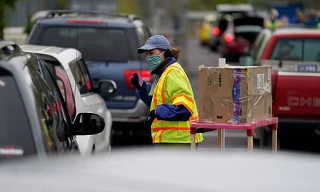 xblog cars kentucky.jpg.pagespeed.ic .CaxVPfMHxk - Filas de 10 mil carros esperam horas por comida nos EUA