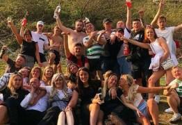Grupo ignora quarentena e se reúne para beber e se abraçar após o enterro de amigo