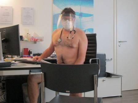xblog naked 1.jpg.pagespeed.ic .4zndopAS8V - Médicos tiram a roupa em protesto por melhores condições de trabalho na pandemia