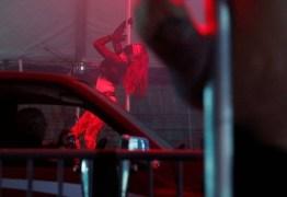 EMPREENDEDORISMO NA PANDEMIA: Clube de strip tease cria drive-thru com pole dance durante a quarentena