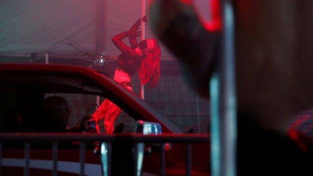 xblog pole 0.jpg.pagespeed.ic .Y26lV txL2 - EMPREENDEDORISMO NA PANDEMIA: Clube de strip tease cria drive-thru com pole dance durante a quarentena