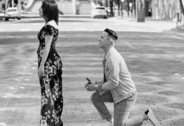Homem pede a mão da amada em rua vazia