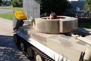 Adolescente usa réplica de tanque de guerra para pôr lixo para fora de casa – VEJA VÍDEO