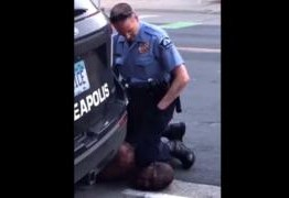 CENA FORTE: Homem negro morre após policial branco forçar joelhos sobre seu pescoço – VEJA VÍDEO