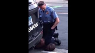 112480662 5f9752d1 97fe 44e3 942d 81fc759a442c - CENA FORTE: Homem negro morre após policial branco forçar joelhos sobre seu pescoço - VEJA VÍDEO