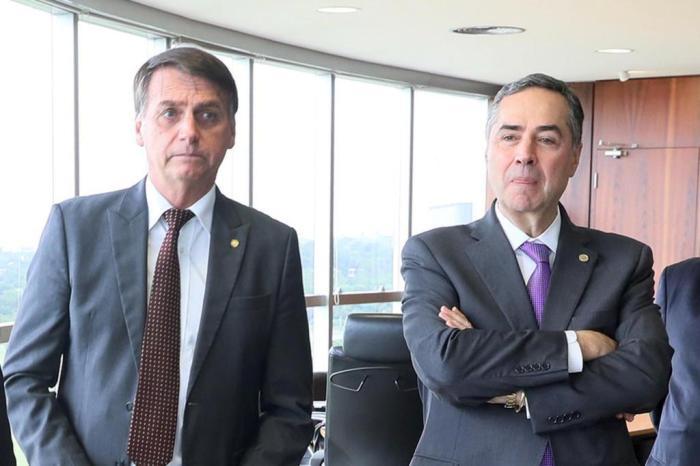 24790045 - EMBATE: Bolsonaro diz que decisão de Barroso atende a deputado chavista