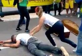 """Bolsonaristas debocham de mortes por coronavírus e dançam """"Thriller"""" com caixões – VEJA VÍDEO"""