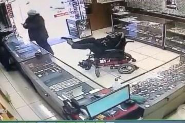 Cadeirante anuncia assalto com bilhete e segura arma com os pés; VEJA VÍDEO