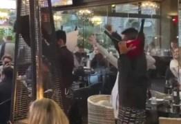 """Coronavírus: garçons e clientes debocham da pandemia e fazem """"dança do caixão"""" em restaurante – VEJA VÍDEO"""
