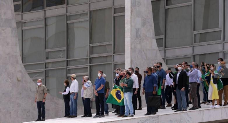 Capturar 66 - Bolsonaro fala em 'pura democracia' em nova manifestação com aglomeração