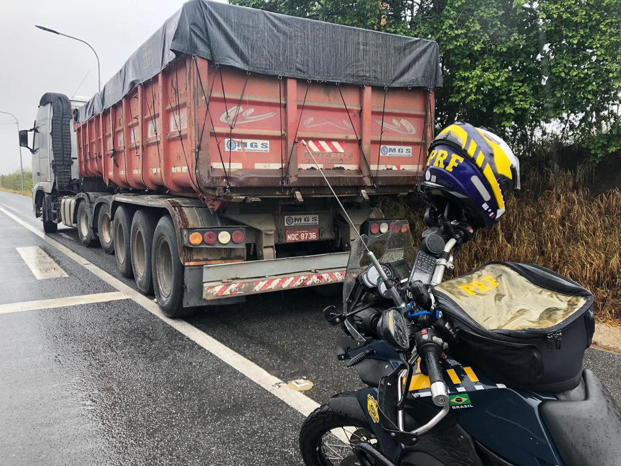 WhatsApp Image 2020 05 15 at 11.09.04 - PRF prende motorista de caminhão com documento de habilitação falsa transportando 35 toneladas de brita, em Campina Grande