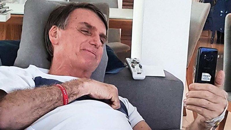 bolsonaro celular instagram 800x451 1 - Instagram marca postagem de Bolsonaro sobre coronavírus como informação falsa