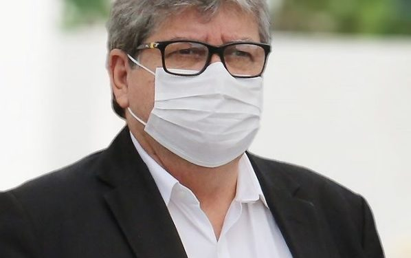 joao mascara 598x375 2 - João diz que será preciso decréscimo do número de casos, por 14 dias seguidos, para flexibilização de isolamento social na Paraíba
