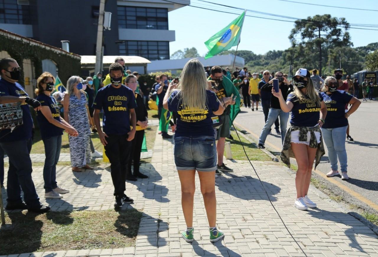 menifestantes 2 - Sob protestos e aplausos, ex-ministro Sérgio Moro chega para depor à PF, em Curitiba