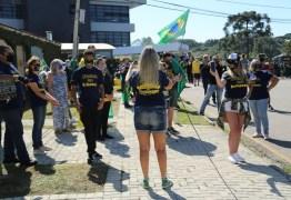 Sob protestos e aplausos, ex-ministro Sérgio Moro chega para depor à PF, em Curitiba