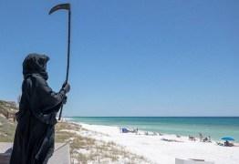 Homem se veste de 'Morte' e percorre praias para assustar banhistas na quarentena