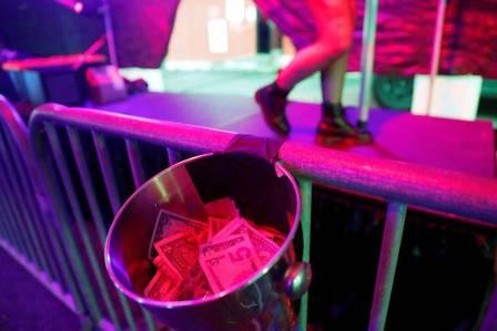 xblog pole 2.jpg.pagespeed.ic .m9UKgMx3D9 - Clube de strip tease cria drive-thru com pole dance durante a quarentena