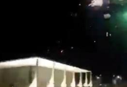 Manifestantes pró-Bolsonaro lançam fogos de artifício sobre o STF em Brasílía; VEJA VÍDEO