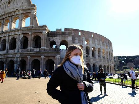 28fev2020 preocupada com coronavirus turista usa mascara de protecao perto do coliseu em roma uma das principais atracoes turisticas da italia 1582916938732 v2 450x337 - Itália registra menor número de casos ativos de covid-19 em três meses
