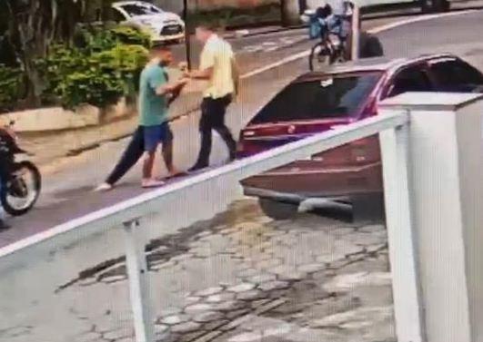 Capturar 39 - Imagens mostram médica desmaiada após agressor aplicar mata-leão; VEJA VÍDEO