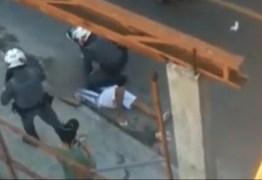 Jovem desmaia após ser duas vezes estrangulado por PM durante abordagem em Carapicuíba
