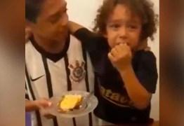Criança chora ao receber primeiro pedaço de bolo do irmão e emociona a web