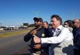 Sem máscara, Bolsonaro posa para fotos com agentes da PRF
