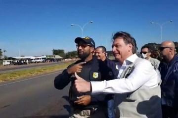 eqamv26zx6jwlziswk35rcvur - Sem máscara, Bolsonaro posa para fotos com agentes da PRF