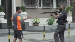 naom 5ed4ee69004ce 300x169 - PM que apontou fuzil para manifestante no Rio será punido
