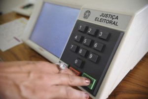 urna menor 1024x683 1 300x200 - TSE estuda eleição com votações das 7h às 20h ou em dois dias seguidos
