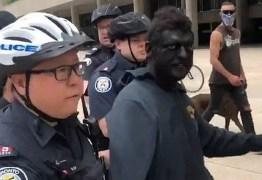 Homem com 'blackface' é preso em protesto contra o racismo – VEJA VÍDEO