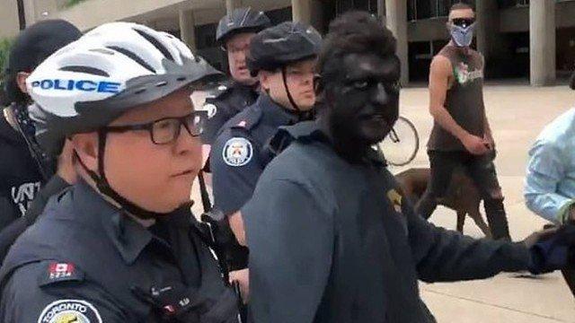xblog blackface.jpg.pagespeed.ic .nJys21pORR - Homem com 'blackface' é preso em protesto contra o racismo - VEJA VÍDEO