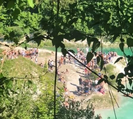 xblog chinnor.jpg.pagespeed.ic .Byn 96Xc7U - Banhistas celebram fim da quarentena pulando em lago com a mesma acidez da amônia