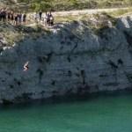 xblog england 1.jpg.pagespeed.ic .F1IwyKIE28 1 - Banhistas celebram fim da quarentena pulando em lago com a mesma acidez da amônia