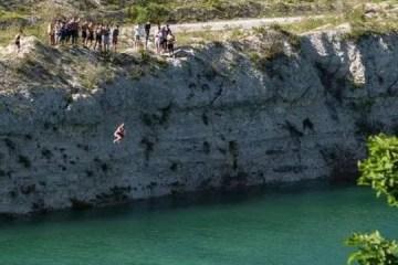 Banhistas celebram fim da quarentena pulando em lago com a mesma acidez da amônia