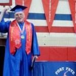 xblog grand.jpg.pagespeed.ic .17x6gqkuJk - Veterano de guerra americano, de 91 anos, forma-se no ensino médio junto com o bisneto