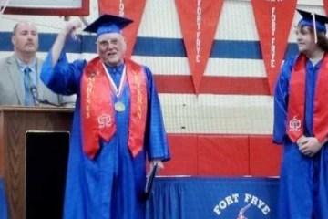 Veterano de guerra americano, de 91 anos, forma-se no ensino médio junto com o bisneto