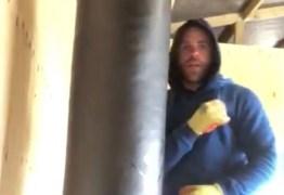 """Boxeador """"ensina"""" como agredir mulheres durante quarentena, e é multado em R$ 100 mil"""