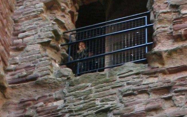 9ei6w3e6nlofcdo1m95e8sjfw - Foto de 'fantasma' em castelo mal-assombrado intriga especialistas; CONFIRA