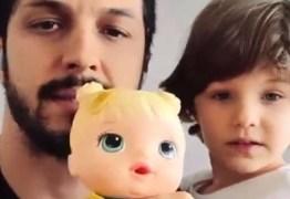 Romulo Estrela fala sobre filho brincar com boneca