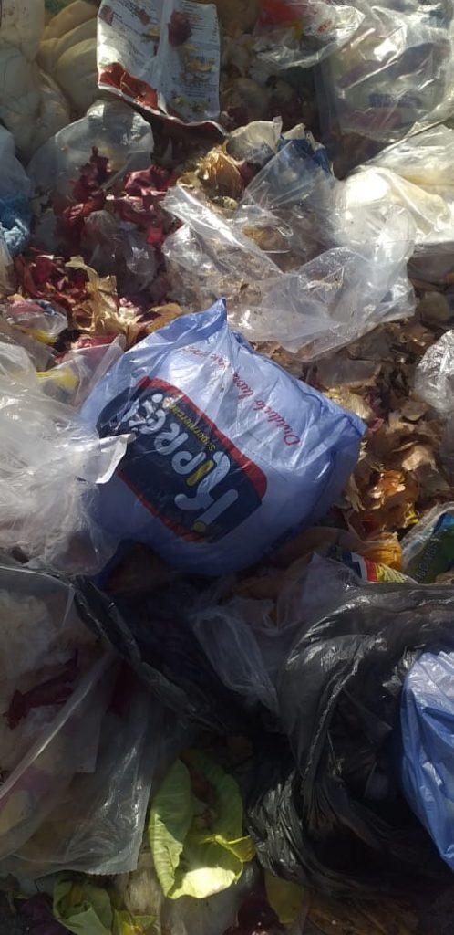 LIXO 3 498x1024 1 - Funcionários de supermercado 'Ki-preço' são flagrados despejando lixo em cemitério de Bayeux