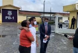 ALEGRIA E VITÓRIA: jovem inocente deixa o presídio em JP após sete anos; mãe comemora – VEJA VÍDEO