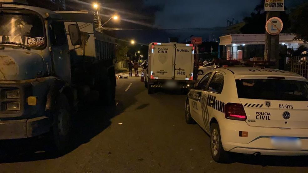 acidente - Mulher morre e outra fica ferida após acidente entre motocicleta e caminhão, em João Pessoa
