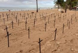 Cruzes em praia do Recife homenageiam as mais de 60 mil vítimas no Brasil
