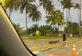 AGLOMERAÇÃO: Mesmo com decreto proibindo atividades pessoas circulam na orla de Cabo Branco; VEJA VÍDEO