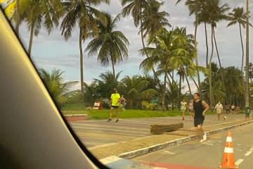 e8268c17 2247 4ae8 827d 919acbe14b50 - AGLOMERAÇÃO: Mesmo com decreto proibindo atividades pessoas circulam na orla de Cabo Branco; VEJA VÍDEO