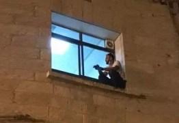 Filho escala parede do hospital até janela e se despede da mãe internada por coronavírus