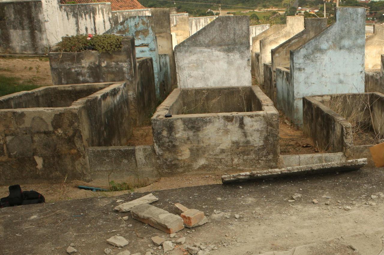 image 1 - Em cemitério, mulher desenterra cadáver do filho e tenta trocar a fralda
