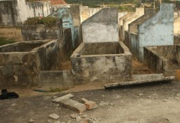 Em cemitério, mulher desenterra cadáver do filho e tenta trocar a fralda